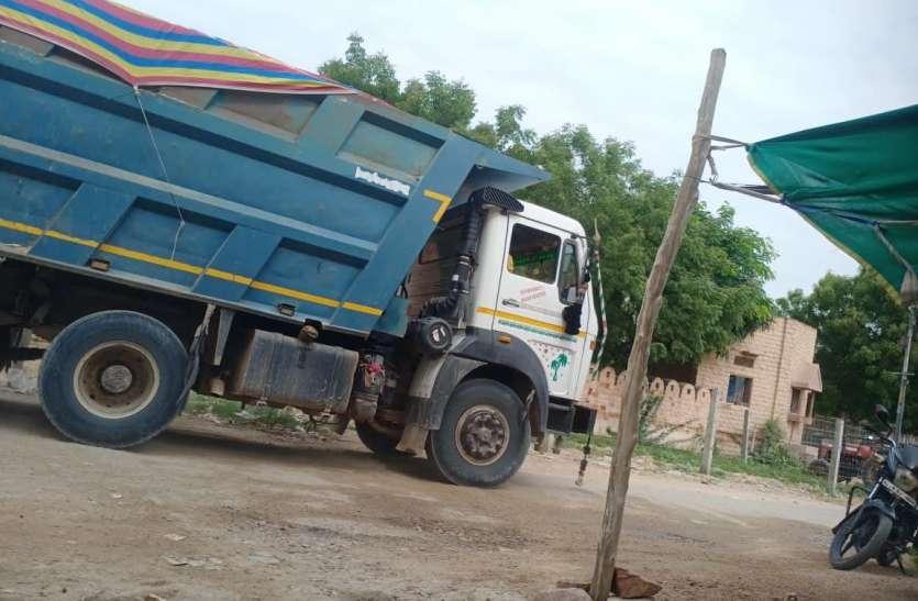 रहबरों की निगाहबीनी में सडक़ों पर गुजरते बजरी लदे वाहन