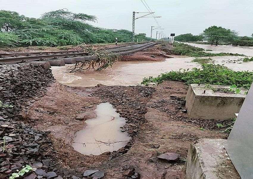 भारी बारिश से रेलवे ट्रैक से मिट्टी बही, पटरी हवा में झूली