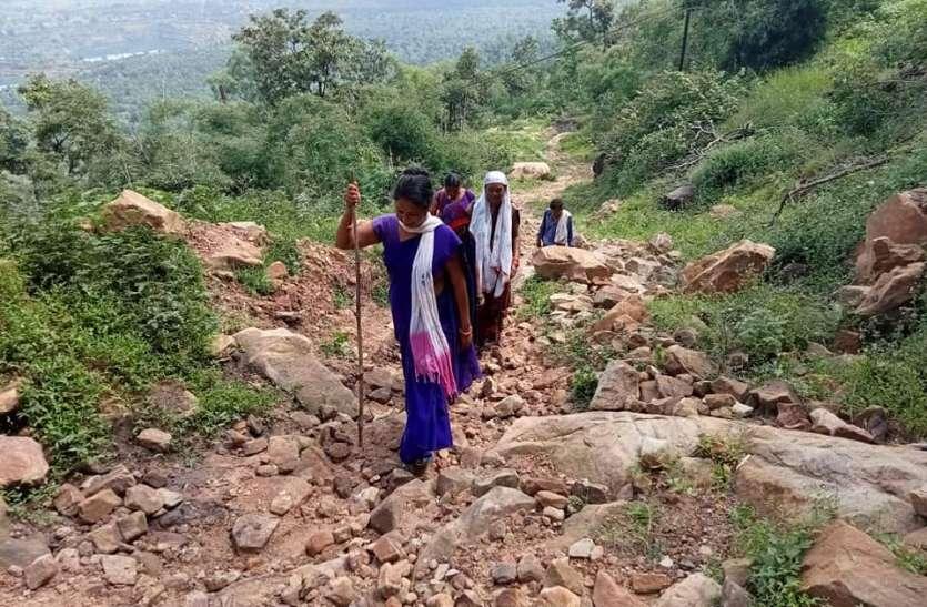 मोटिवेशनल स्टोरी-दुर्गम पहाड़ी क्षेत्रों में पहुंचकर कर किया जा रहा वैक्सीनेशन