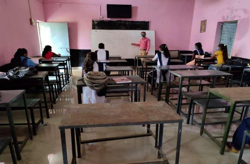 जिले के निजी व सरकारी स्कूलों में गिनती के विद्यार्थी पहुंच रहे
