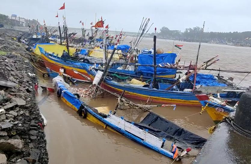 DAMAN NEWS: समुद्री सुरक्षा दीवार से नौकाएं टकराई