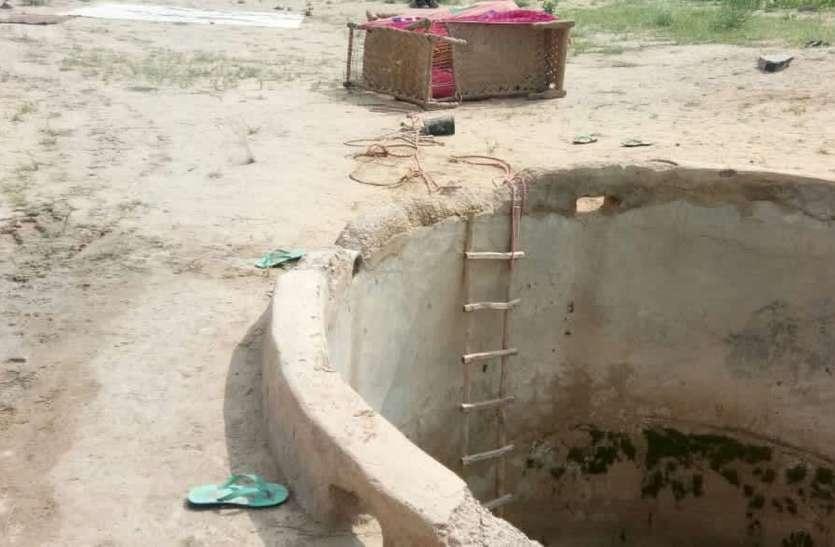 तीन बच्चों को लेकर टांके में कूदी मां, मां और दो की मौत