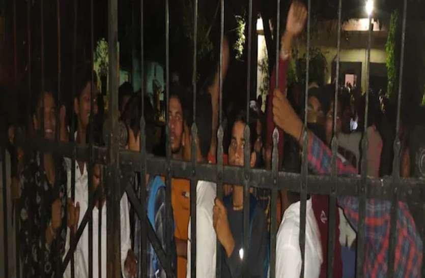ललितपुर में छात्रों का प्रदर्शन, एसडीएम को बनाया बंधक, पुलिस ने किया लाठीचार्ज