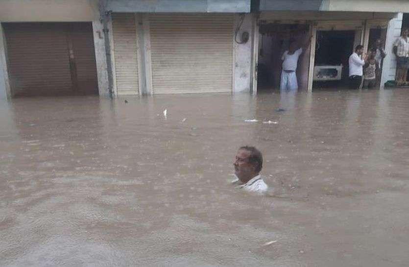 रतनगढ़ बारिश से जलमग्न, घरों, दुकानों में घुसा पानी
