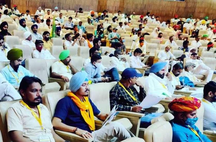 किसान संसद में उठ रहे कृषि कानूनों सहित अन्य गर्माए मुद्दे, देशभर से पहुंचे हुए हैं 'किसान सांसद'
