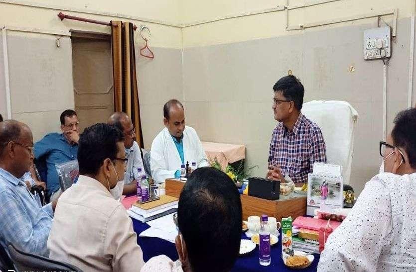जिला मुख्यालय पर होगी फोगिंग, पांच टीम गठित कलक्टर ने दिए आरएमआरएस की बैठक में निर्देश