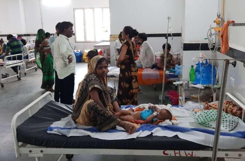 मौैसम का असर, जिला अस्पताल के 40 बिस्तर के वार्ड में 120 बच्चे भर्ती
