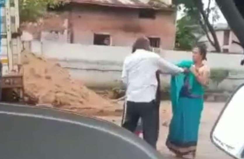 VIDEO कांग्रेस नेता ने की अपनी पत्नी और बेटी की धुनाई