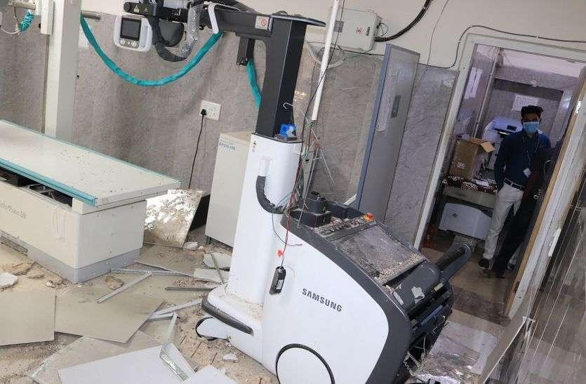 डिजिटल एक्सरे मशीन पर गिरा छत का मलबा