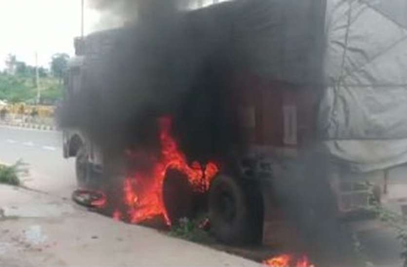 ट्रक के टायरों में फंसी बाइक और धूं-धूं कर जल गई