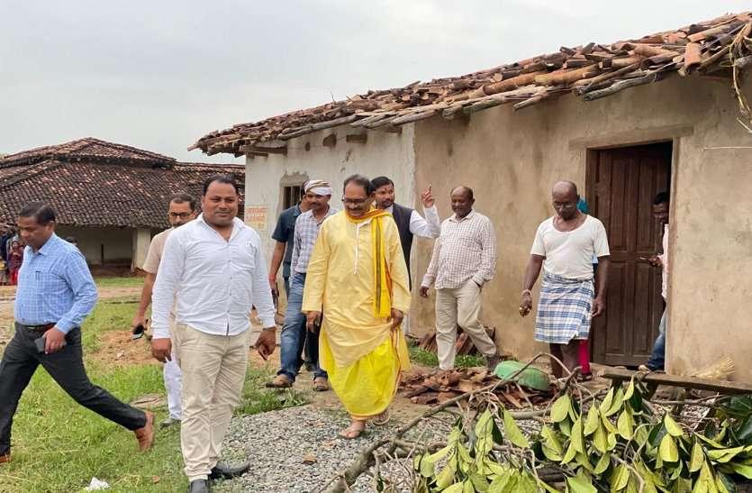 तेज हवाओं से गिरे कई पेड़, डेढ़ दर्जन घरों के उड़े छप्पर, खबर मिलते ही पहुंचे शिक्षा मंत्री
