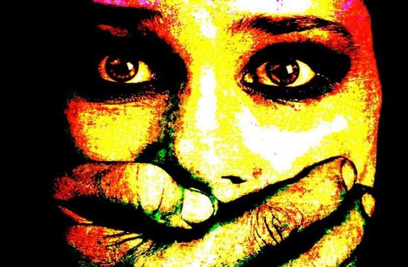 नौकर ने मोबाइल फोन से चुराए निजी फोटो, मांगे एक लाख रुपए, फिर कर दिए वायरल