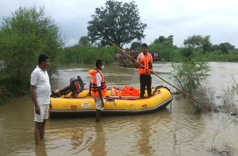 बारिश से नदियां उफान पर बेमेतरा में नहाने गया युवक और पुल पार कर रही महिला तेज बहाव में बही, 48 घंटे बाद भी नहीं मिला शव