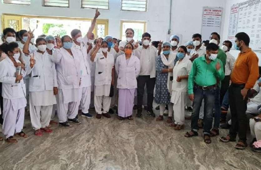 मेडिकल कालेज प्रबंधन और नर्सों में बढ़ा टकराव, हड़ताल की चेतावनी
