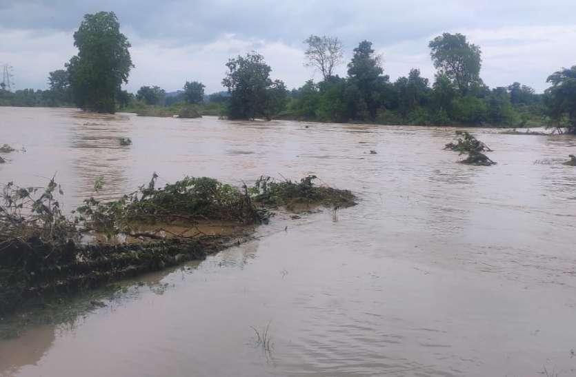लगातार बारिश की बौछार: अलान और तिपान नदियों में उफान, दर्जनों गांव पर मंडराया बाढ़ का खतरा