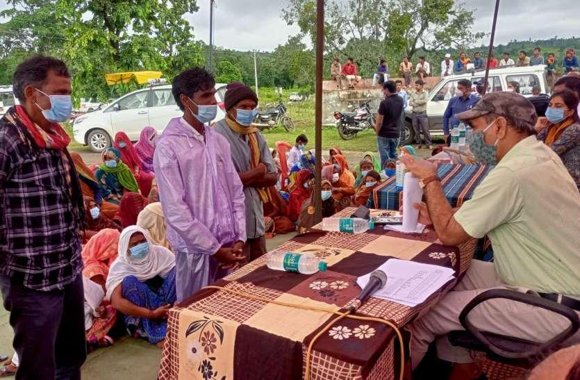 कमिश्नर ने पड़मनिया पंचायत में लगाई चौपाल, सुनी ग्रामीणों की समस्याएं