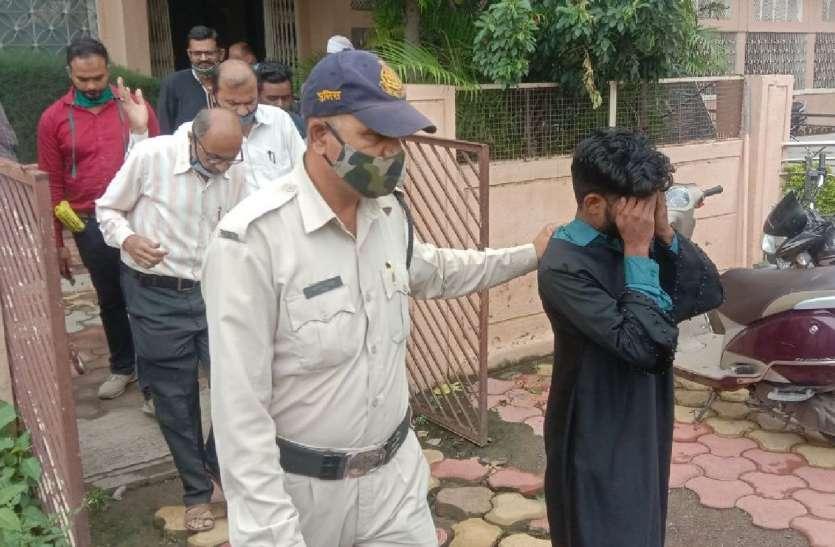 बुरहानपुर: कॉलेज में बुर्का पहनकर पहुंच गया युवक, जूते देखकर पकड़ा