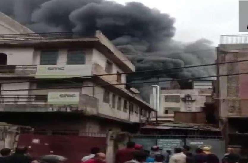 Delhi Fire : मायापुरी स्थित फैक्ट्री में लगी भीषण आग, दमकल की 17 गाड़ियां पहुंची
