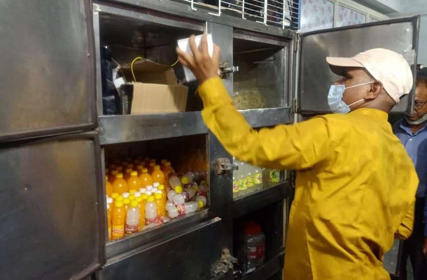 कोल्डड्रिंक और पानी की बोतल बनाने वाली अवैध फैक्ट्री पर प्रशासन की दबिश