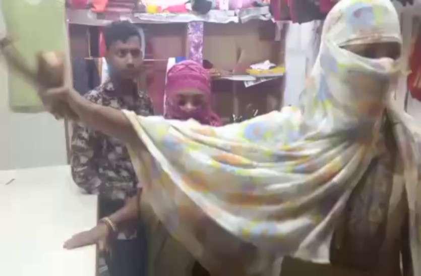 आशिक मिजाज टेलर की इस हरकत से गुस्साई दो लड़कियों ने चप्पल से की पिटाई, Video हुआ वायरल