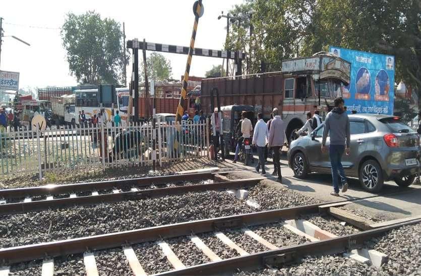 मालगाड़ी के इंजन ने नहीं लिया लोड, गेट पर खड़ी रही ट्रेन  लगा रहा लंबा जाम
