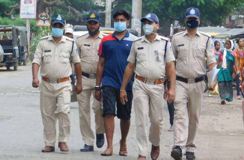 हत्या का फरार इनामी आरोपी गिरफ्तार, कोर्ट तक पैदल ले गई पुलिस