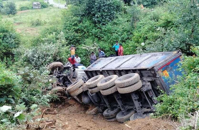 आधी रात पहाड़ से 80 फीट नीचे खाई में गिरा ट्रक, ड्राइवर-खलासी की दर्दनाक मौत