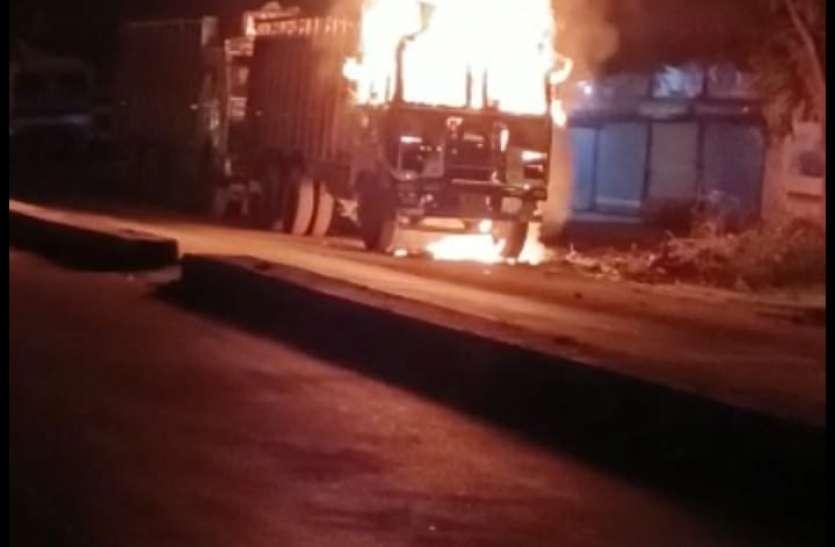 हाइवे पर खड़े ट्रक में लगी आग, 5 फीट ऊंची उठी लपटें