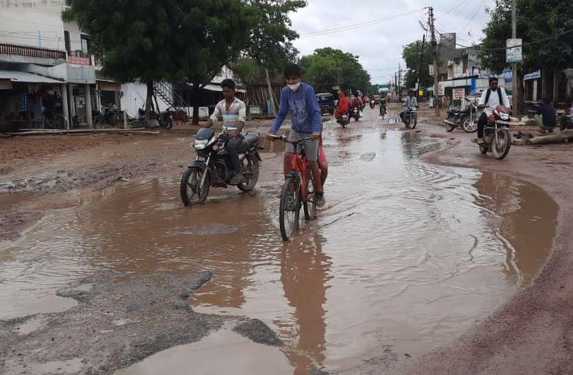 सटई रोड पर शहर की सीमा के अंदर-बाहर दो फीट गहरे 10 फीट तक चौड़े गड्ढे
