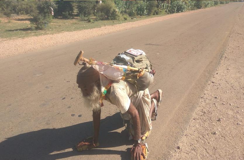 घुटनों के बल 200 किमी चलकर दर्शन करने पहुंचे 65 साल के वृद्ध