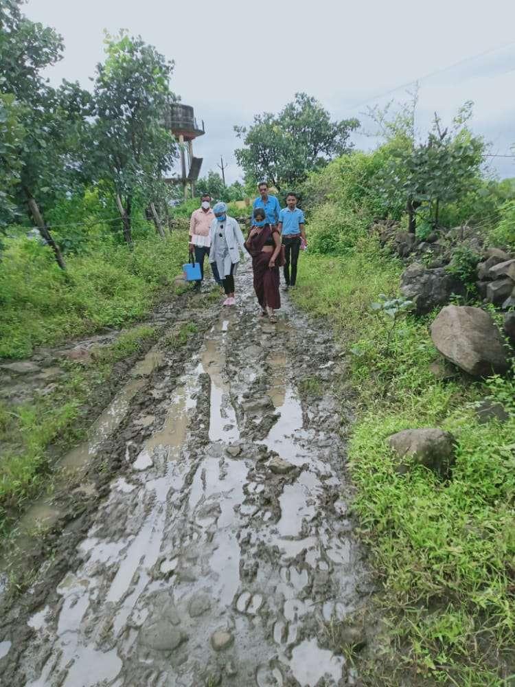 खतरा उठाकर वैक्सीन लगाने गांवों तक पहुंचे कर्मचारी