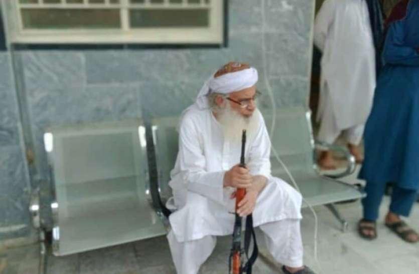 पाकिस्तान में मदरसे पर फहराया तालिबानी झंडा, पुलिस उतारने पहुंची तो मौलवी और छात्रों ने निकाल ली AK-47, देखिए वीडियो
