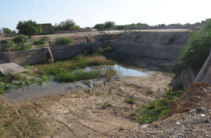 अतिक्रमण का दंश -सड़कों पर पानी, तालाब खाली