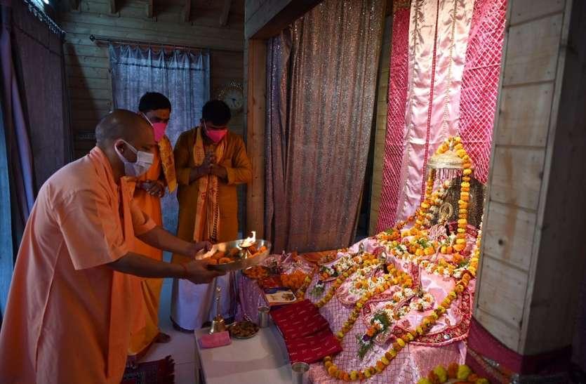 सरकार के साढे 4 वर्ष की उपलब्धियों को लेकर सीएम योगी पहुंचे रामलला के दरबार, संतों ने भी दी बधाई