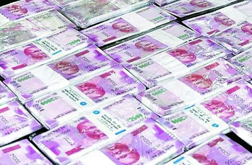 नकली नोट चलाते युवक को दुकानदारों ने पकड़ा