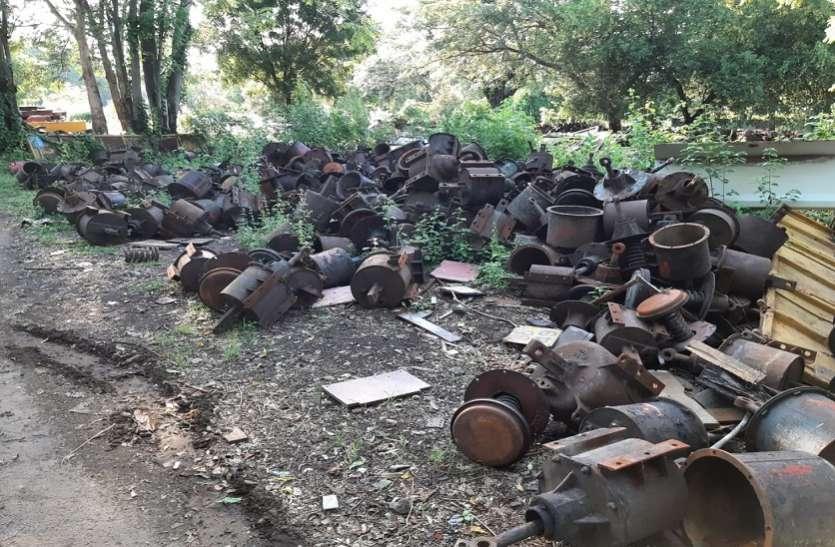 रेलवे:कमाई के लिए कबाड़ हुए इंजन, कोच और वैगन बेच दिए