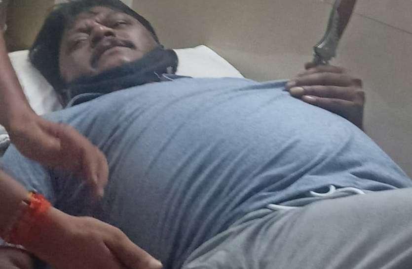 फरार आरोपी को पकडऩे गए एसआई पर चाकू से हमला