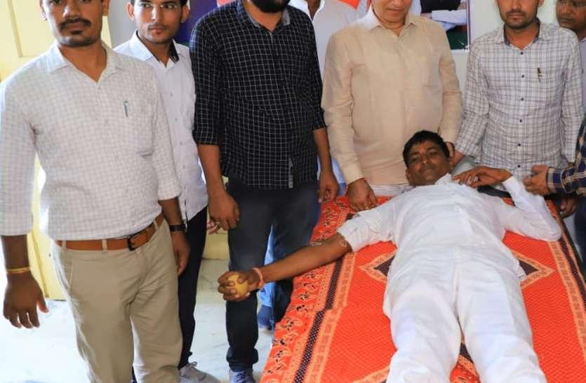 भाजपा युवा मोर्चा के कार्यकर्ताओं ने किया रक्तदान