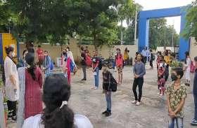 Re-open School:  मास्क लगाकर स्कूल पहुंचे  बच्चे