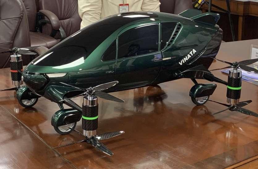 पहली मेक इन इंडिया हाइब्रिड फ्लाइंग कार का मॉडल देख खुश हुए नागरिक उड्डयन मंत्री सिंधिया