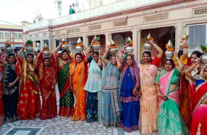 जिनालयों में हुए पूजा विधान, भगवान महावीर का किया पंचामृत अभिषेक