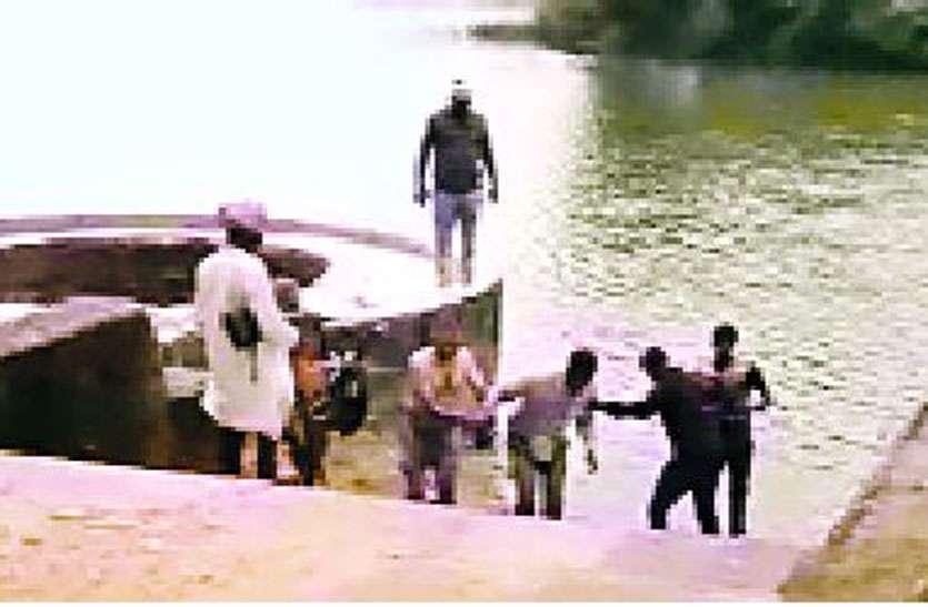 पुलिस को देख तालाब में कूदे 6 जुआरी, थानाप्रभारी ने बचाई दो की जान