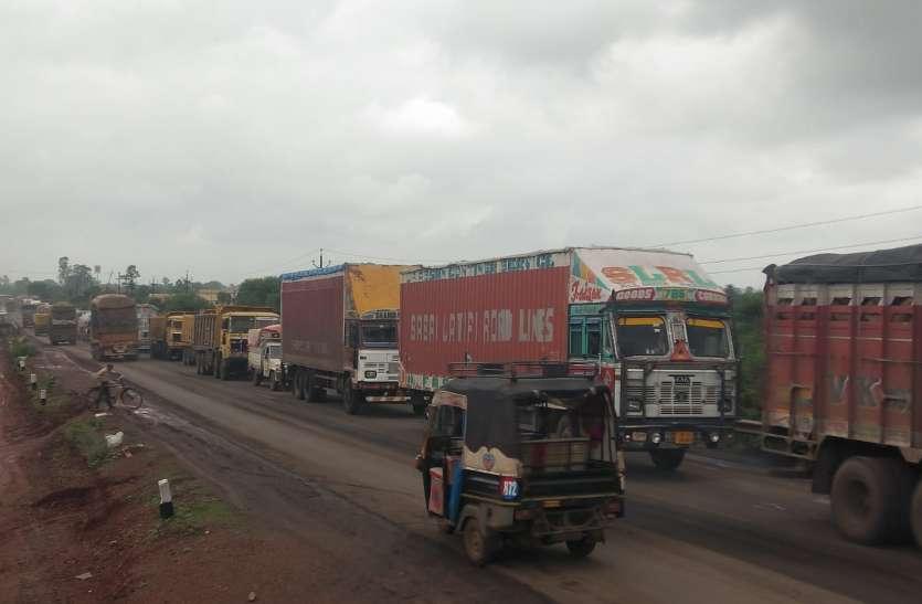 हाईवे पर दो ट्रक भिड़े, लगा दो किलोमीटर लंबा जाम, शहर की सड़क से निकले भारी वाहन