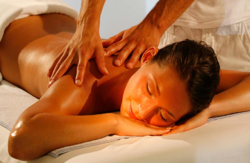Health Tips: आयुर्वेद में मालिश का विशेष महत्व, धूप में करने से हड्डियां होती हैं मजबूत