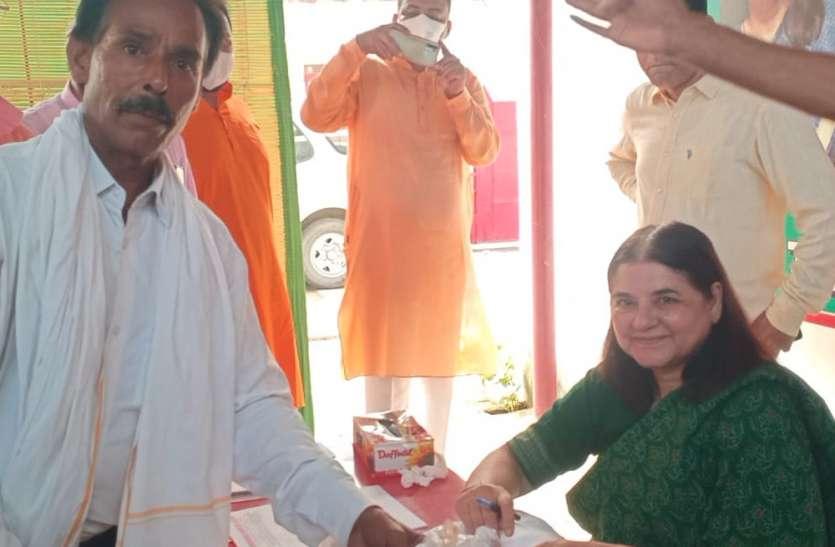 बीच रास्ते में दुकनदार को देख मेनका गांधी को आया गुस्सा, वाहन से उतरकर किया यह कार्य