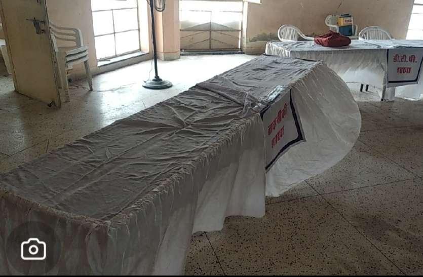 न्यास शिविर में अधिकारी-कर्मचारी नहीं, निगम शिविर में नगर मित्रों की टेबलें खाली