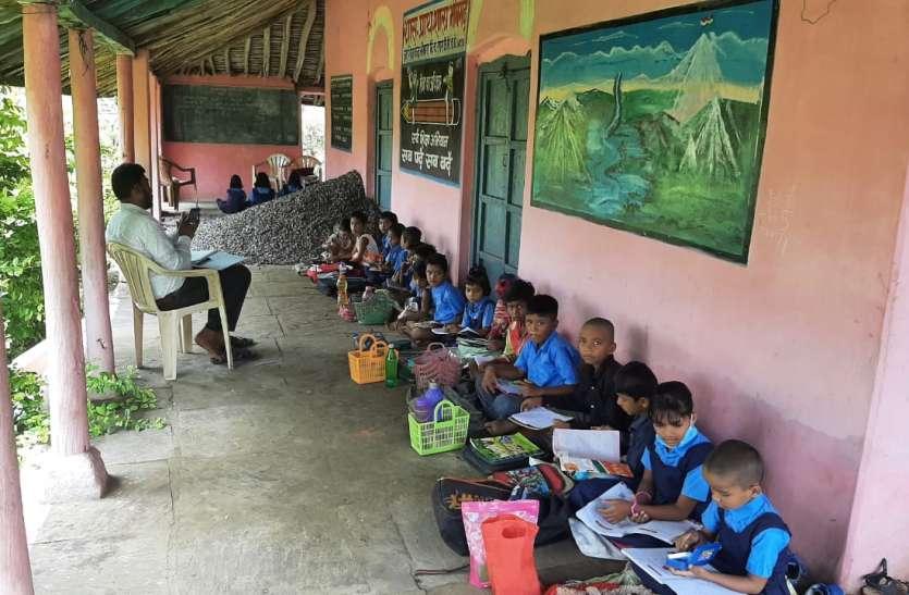 शिक्षा के हॉल बेहॉल : जिले के स्कूलों में बाधा बन रही शिक्षक व कक्ष की कमी