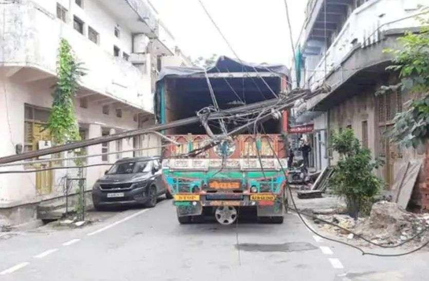 ट्रक में तार फसने से विद्युत पोल गिरा, बड़ा हादसा टला