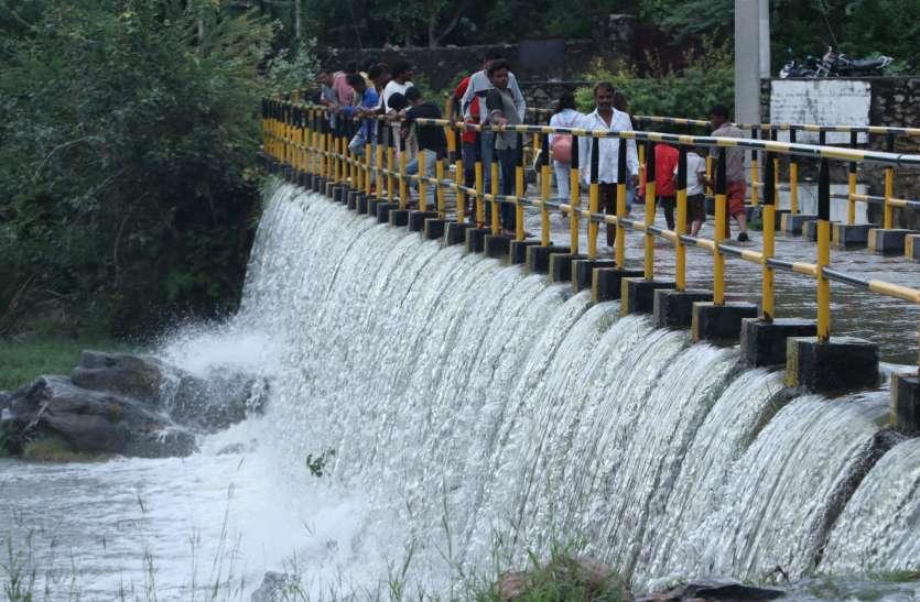 मदार-ईसवाल में मूसलाधार, बेदला पुलिया पर बहा पानी