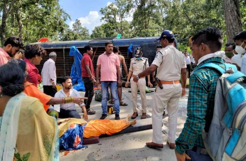 तीर्थयात्रियों से भरी बस पलटी, 28 से अधिक यात्री घायल, महिला की कटी हाथ